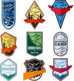 Sistema del vector del emblema del logotipo de la expedición de la aventura de la montaña que acampa stock de ilustración