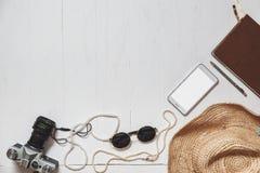 Sistema del viaje de la muchacha moderna: accesorios femeninos en la superficie planked blanco Imagen de archivo