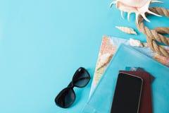 Sistema del viaje, gafas de sol y accesorios del verano en fondo azul concepto del recorrido Visión superior Mofa en blanco para  Fotografía de archivo