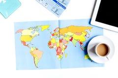 Sistema del viajero con café y mapa en la opinión superior del fondo blanco Fotografía de archivo