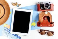 Sistema del viajero con la cámara y mapa en la opinión superior del fondo blanco Fotografía de archivo libre de regalías