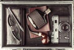 Sistema del viajero del hombre en la opinión superior de la maleta Foto de archivo libre de regalías