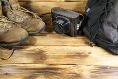 Sistema del viajero en un fondo de madera Foto de archivo libre de regalías