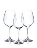 Sistema del vidrio de cóctel. Copas de vino rojas y blancas vacías Imagen de archivo