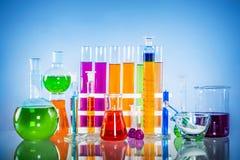 Sistema del vidrio del laboratorio llenado de las sustancias coloridas fotos de archivo libres de regalías
