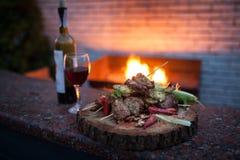 Sistema delicioso de carne y de vino rojo; Fotografía de archivo