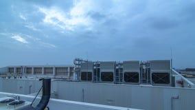 Sistema dell'insieme di condizionamento centrale industriale sul tetto del giorno della costruzione al timelapse di notte stock footage