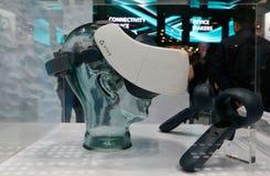 Sistema della cuffia avricolare dell'universo VR di Vive indicato al congresso 2019 di Mobile World nella vista laterale di Barce immagini stock