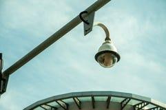 Sistema della videocamera di sicurezza del cctv della città allegato sul palo del semaforo immagini stock libere da diritti