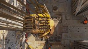 Sistema di azionamento e torre superiori dell'impianto di perforazione della trivellazione petrolifera archivi video