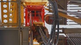 Sistema di azionamento e torre superiori dell'impianto di perforazione della trivellazione petrolifera video d archivio