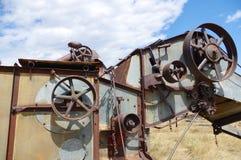 Sistema di carrucole sulla vecchia mietitrice abbandonata dell'azienda agricola Immagini Stock Libere da Diritti