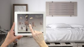 Sistema di controllo domestico a distanza astuto su una compressa digitale Dispositivo con le icone di app fotografia stock