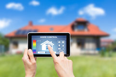 Sistema di controllo domestico a distanza su una compressa digitale immagini stock libere da diritti