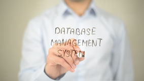 Sistema di gestione di basi di dati, scrittura dell'uomo sullo schermo trasparente Fotografie Stock