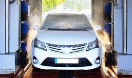 Sistema di lavaggio dell'automobile - lavaggio automatizzato di un veicolo Immagine Stock