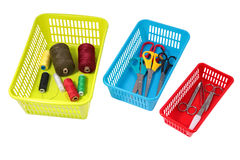 Sistema di memorizzazione domestico, scatole perforate di plastica colorate con la casa Immagine Stock Libera da Diritti