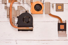 Sistema di raffreddamento del computer sulle plance di legno bianche Heatpipe e radiatori, microprocessore, transistor Fotografia Stock