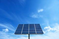 Sistema di rete energetica di potere della pila solare nel fondo di concetto di idea Immagine Stock