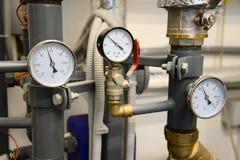 Sistema di riscaldamento Chiuda su dei tubi con i manometri Fotografie Stock Libere da Diritti