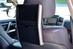 Sistema di spettacolo per i passeggeri posteriori in un'automobile con due monitor montati sulle parti posteriori dei sedili ante fotografia stock
