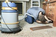 Sistema di vuoto del lavoratore che prova a pulire qualcosa Fotografie Stock Libere da Diritti
