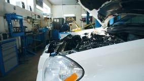 Sistema diagnostico dell'automobile - lavoro di funzionamento del meccanico, lavoro manuale stock footage