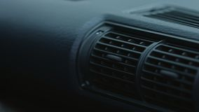 Sistema do condicionador de ar no carro moderno, close up filme