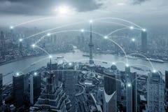 Sistema do conection do negócio da rede no fundo da arquitetura da cidade Fotografia de Stock Royalty Free