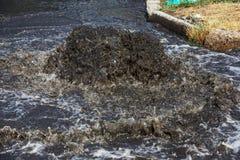 Sistema do esgoto do acidente Volume de água sobre a estrada do esgoto Acidente no esgoto Sistema do esgoto da descoberta Volume  imagens de stock