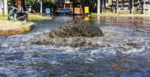 Sistema do esgoto do acidente Volume de água sobre a estrada do esgoto Acidente no esgoto Sistema do esgoto da descoberta Volume  fotografia de stock