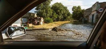 Sistema do esgoto do acidente Volume de água sobre a estrada do esgoto Acidente no esgoto Sistema do esgoto da descoberta Volume  fotografia de stock royalty free