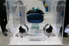 Sistema dos auriculares do cosmos VR de Vive mostrado no congresso 2019 de Mobile World em Barcelona fotos de stock