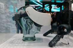 Sistema dos auriculares do cosmos VR de Vive mostrado no congresso 2019 de Mobile World na opinião lateral de Barcelona imagens de stock