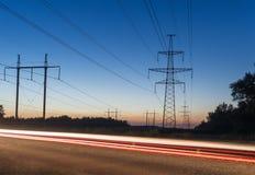 Sistema e piste ad alta tensione del pilone di elettricità da traffico Fotografia Stock