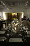 Sistema elegante de la tabla, encendido velas, servilletas blancas - restaurante moderno Fotos de archivo