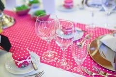 Sistema elegante de la tabla para el partido el casarse o del evento en rosa con los puntos Fotografía de archivo