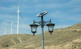 Sistema a energia solar da eletricidade Painel solar, fonte fotovoltaico, alternativa da eletricidade Exploração agrícola de vent foto de stock royalty free