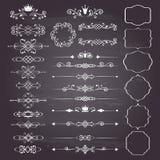Sistema enorme de los elementos del diseño floral, marcos ornamentales del vintage con las coronas en blanco Foto de archivo