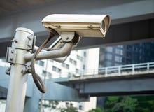 Sistema exterior da câmara de segurança da fiscalização do CCTV no polo imagens de stock royalty free