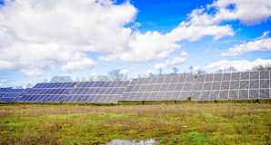 Sistema fotovoltaico - fonte de energia alternativa elétrica imagem de stock royalty free