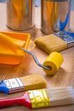 Sistema grande de herramientas de la pintura en la pintura del tablero de madera fotos de archivo