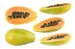 Sistema grande de medio corte y de frutas enteras de la papaya aislados en el fondo blanco fotografía de archivo