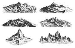 Sistema grande de picos de montañas, de vintage, de vieja mano de mirada dibujada, del bosquejo o del estilo grabado, diversas ve stock de ilustración