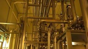 Sistema grande del filtro dentro de planta con la iluminación amarilla almacen de video