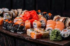 Sistema grande del sushi para el partido grande en el fondo de madera foto de archivo