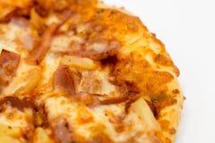 Sistema hawaiano de la caja de la pizza del coste-para arriba aislado en el fondo blanco Él fotos de archivo
