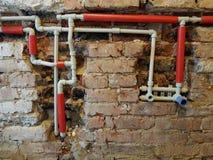 Sistema hidráulico na parede despida fotografia de stock