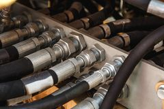 Sistema hidráulico, tubos de aço e partes de borracha do mecanismo de levantamento do trator ou da máquina escavadora moderna, ma fotografia de stock royalty free