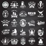 Sistema insignia de compañía de la cerveza y del lagar del arte, muestra o etiqueta Ilustración del vector ilustración del vector